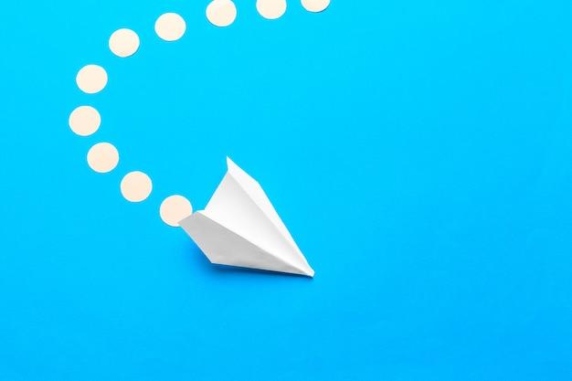 Leżał płasko z białej płaszczyzny papieru i czystego papieru na pastelowym niebieskim tle
