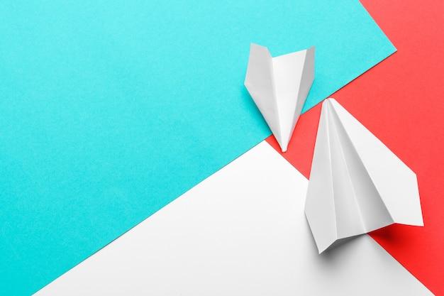 Leżał płasko z białej płaszczyzny papieru i czystego papieru w pastelowym niebieskim kolorze