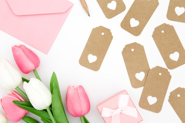 Leżał płasko z białych i różowych tulipanów