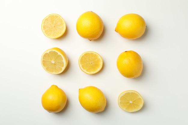 Leżał płasko z cytrynami. świeży owoc