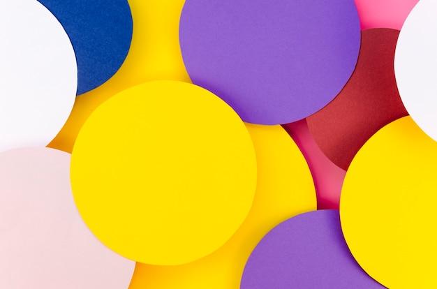 Leżał płasko z kolorowych wypełnionych kółek z papieru