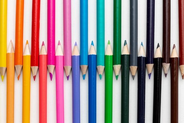Leżał płasko z układem kolorowych ołówków