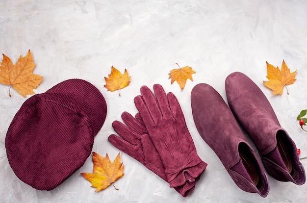 Leżał płasko z wygodnym ciepłym strojem na chłodne dni. wygodna jesień, zimowe ubrania na zakupy, wyprzedaż, styl w modnych kolorach