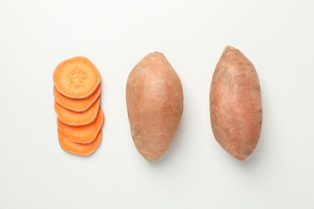 Leżał płasko ze słodkimi ziemniakami na białej powierzchni