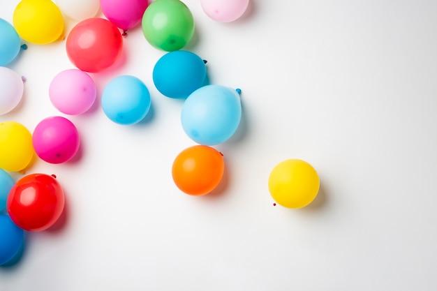 Leżał z kolorowych balonów