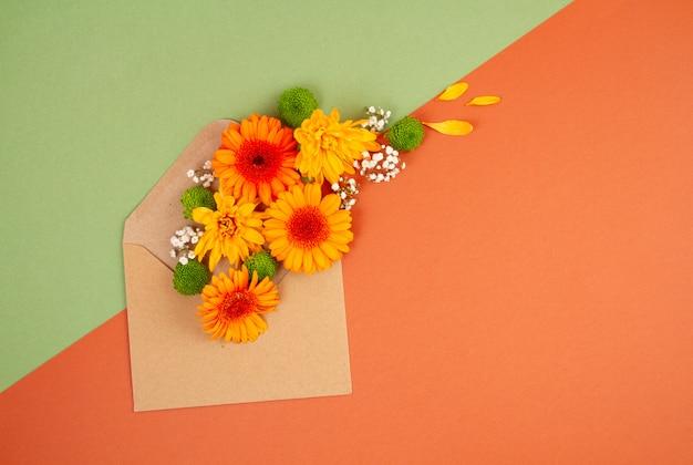 Leżał z kwiatami w jesiennych kolorach