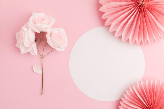 Leżał z pięknym pięknym bukietem kwiatowym