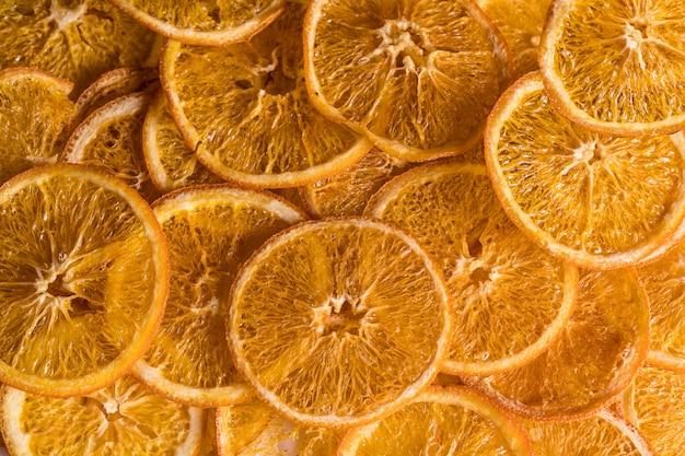 Leżał z płaskim tle suszone owoce pomarańczowy chipsy.