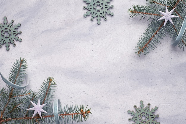 Leżał z płatkami śniegu i gałązkami jodły ozdobionymi gwiazdami i wstążkami na jasnym tle
