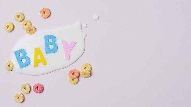 Leżała rama ze słowem dziecka, mlekiem i płatkami