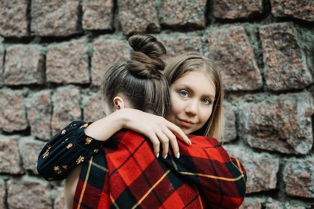 Lgbt para lesbijek miłość chwile koncepcja dwie młode lesbijki dziewczyny przytulają się i chodzą na świeżym powietrzu szczęśliwe