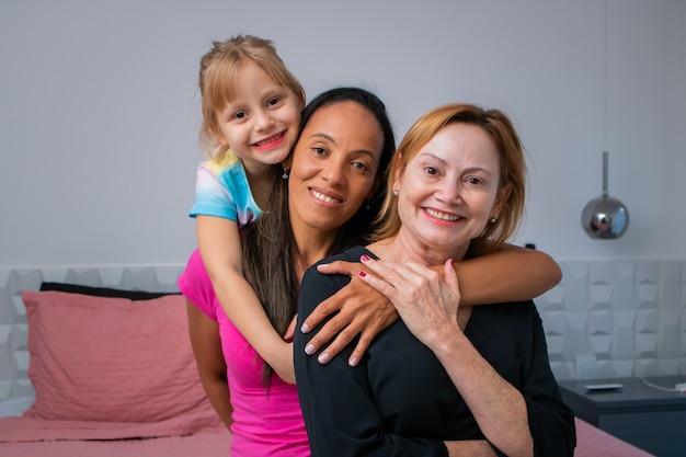 Lgbt różnorodne momenty pary lesbijek szczęście z córką. koncepcja rodziny