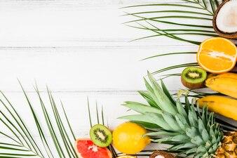 Liście roślin w pobliżu egzotycznych owoców
