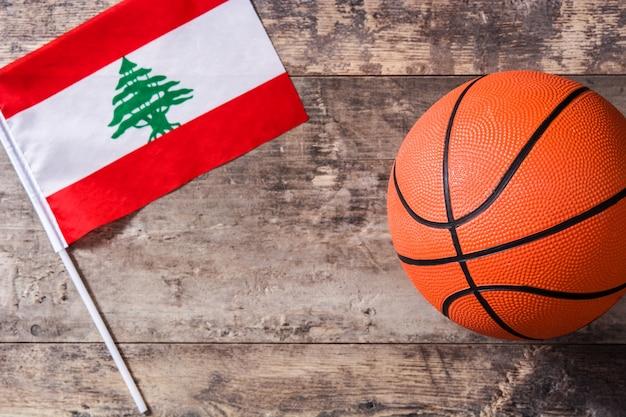 Libańska flaga i koszykówka na drewnianym stole