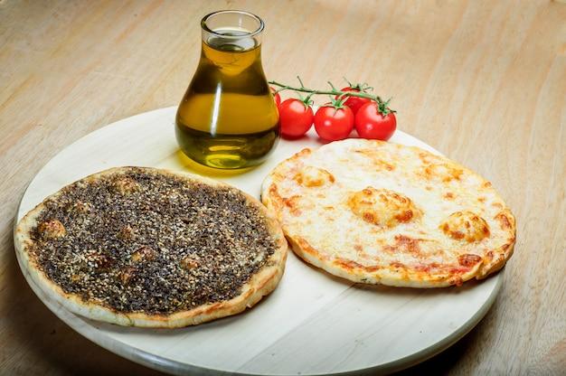 Libańskie jedzenie tymianku i manaqish