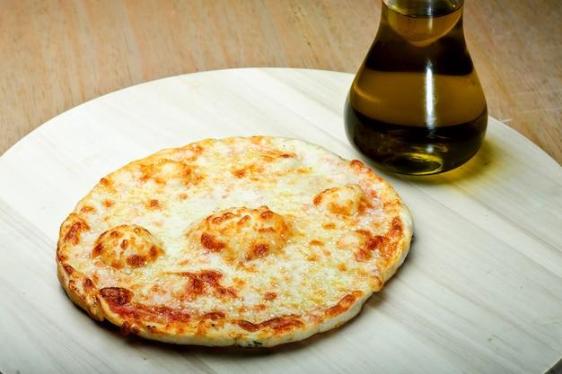 Libańskie jedzenie z tymiankiem i serem manaqish.
