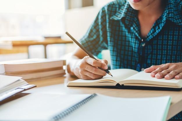 Liceum lub studenta studiów i czytania razem w bibliotece