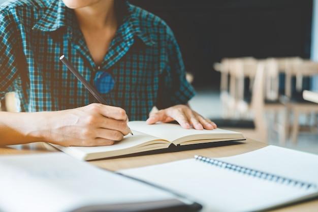 Liceum lub studenta studiów i czytania w bibliotece