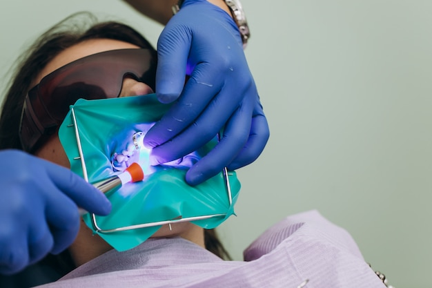 Licówki dentystyczne. ceramiczne korony przednie