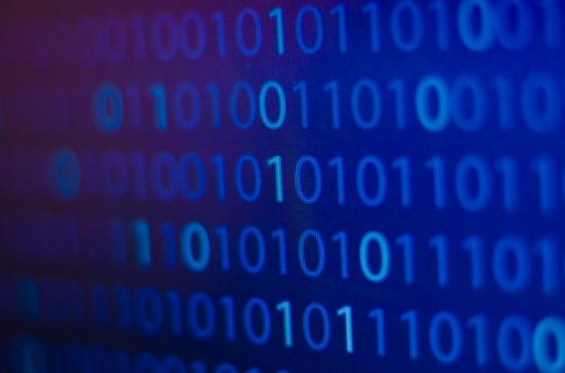 Liczba binarna, komputer na niebieskim tle koncepcji ekranu, internet i technologia komputerowa