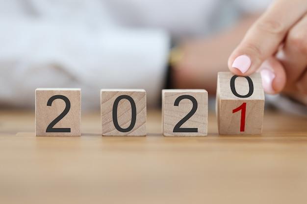 Liczby 2020 tworzą drewniane kostki w rzędzie