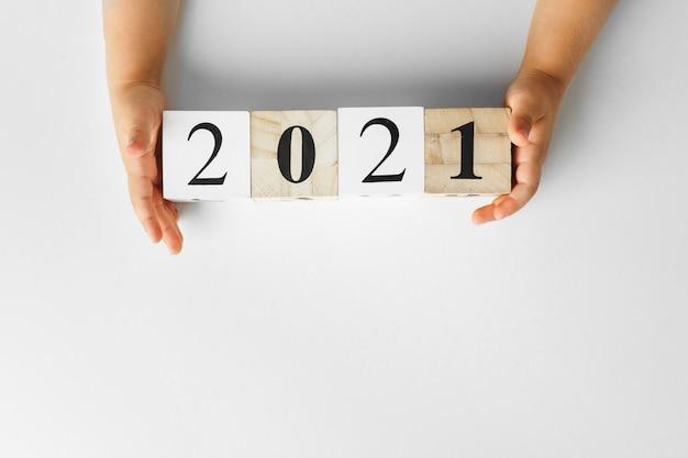 Liczby 2021 na białym tle, widok z góry