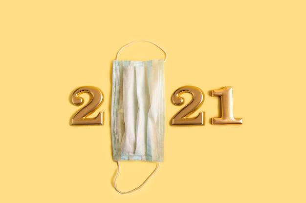 Liczby 2021 w złocie i maska medyczna