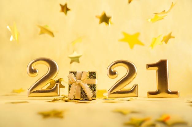 Liczby 2021 w złocie i prezent