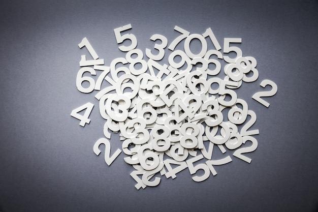 Liczby matematyczne wykonane z materiału stałego