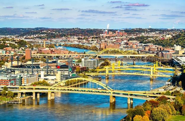 Liczne mosty na rzece allegheny w pittsburgh pennsylvania, stany zjednoczone