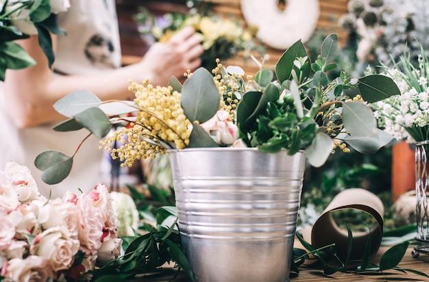 Licznik roboczy ze świeżymi kwiatami