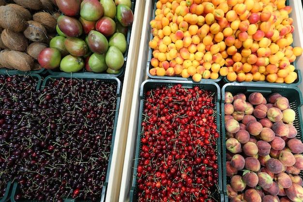 Licznik ze świeżymi owocami w supermarkecie