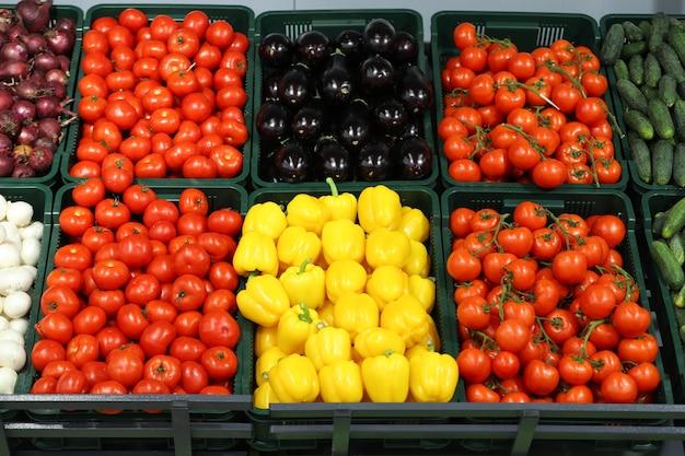 Licznik ze świeżymi warzywami w supermarkecie