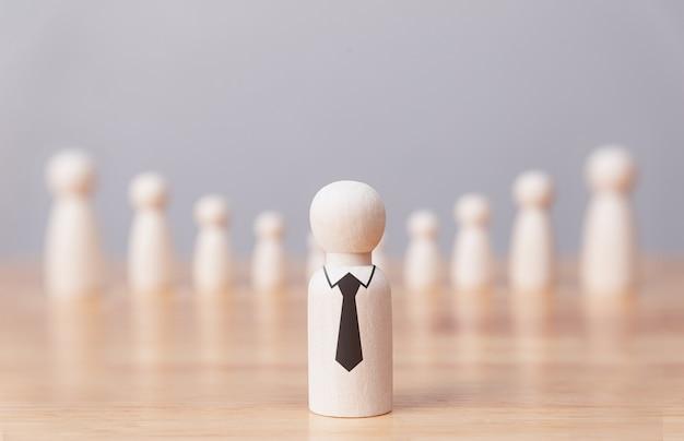 Lider biznesmen lalka stojąca przed wyznawcą, biznesem i przywództwem koncepcji menedżera.