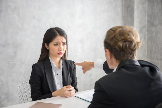 Lider biznesmen obwinia pracownika płci żeńskiej na biurko. awaria koncepcji biznesowej.