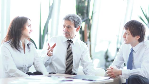 Lider projektu rozmawia z zespołem biznesowym w miejscu pracy.koncepcja biznesowa