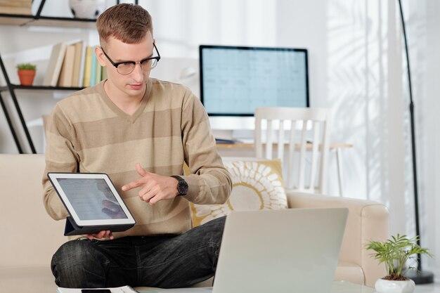 Lider zespołu pokazujący rysowanie na komputerze typu tablet podczas spotkania online ze współpracownikami