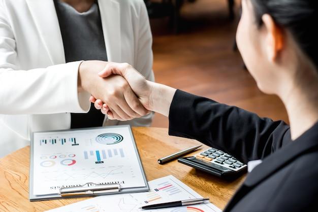 Liderów bizneswomanu robi uściskowi dłoni w biurowym holu
