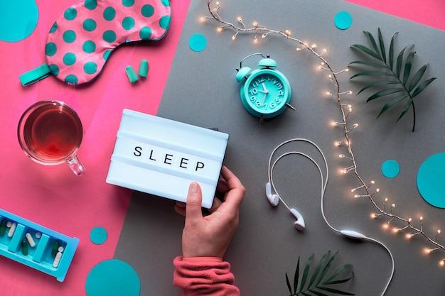 """Lightbox z tekstem """"spać w ręku. zdrowy sen kreatywny mieszkanie leżał. śpiąca maska, budzik, słuchawki, zatyczki do uszu. herbata."""