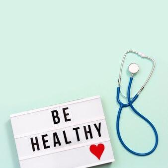 Lightbox ze słowami bądź zdrowy i niebieski stetoskop
