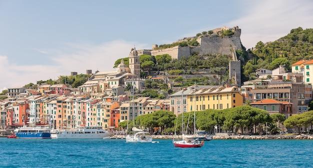 Liguryjskie wybrzeże włoch. miasto porto venere. cinque terre, morze śródziemne