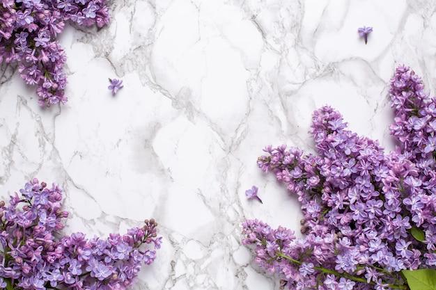Lilac kwiaty na tle marmuru z copyspace letni kolor i koncepcja wakacje.