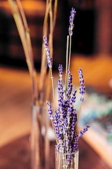Liliowa lawenda w widoku z boku szklanego wazonu