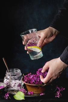 Liliowa lemoniada woda z cytryną