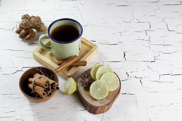Limonka, cynamon, imbir i filiżanka herbaty