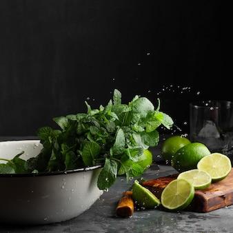 Limonka i mięta z wodą wypływającą z liści mięty