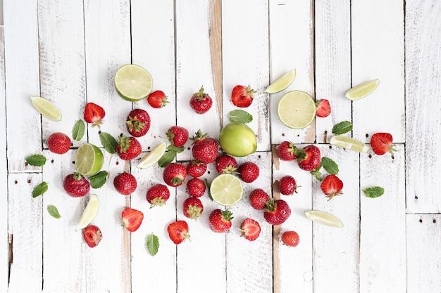 Limonki, jagody i liście