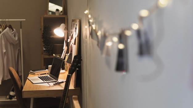 Lina ze zdjęciami prowadząca do biurka domowego biura