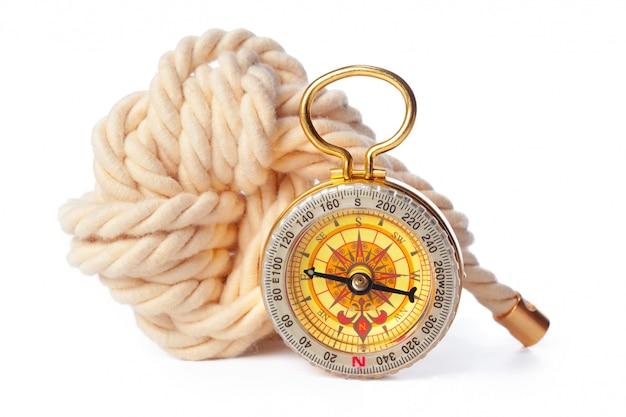 Lina żeglarska z kompasem do nawigacji. żeglarstwo