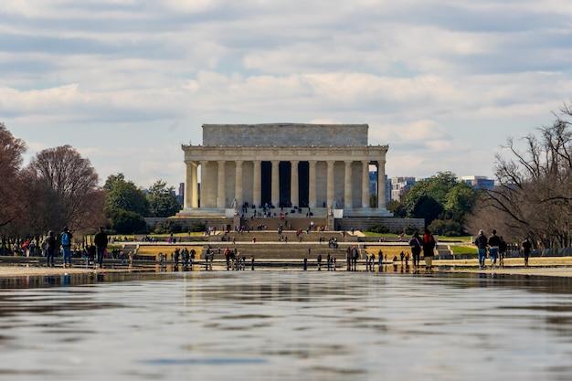 Lincoln pomnik w chmurnym dniu i odbijać basenu przedpole w washinton dc, usa